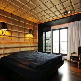 Золотистые панели на потолке спальни