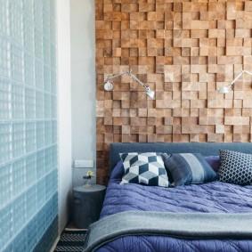 Деревянные плашки над кроватью в спальне
