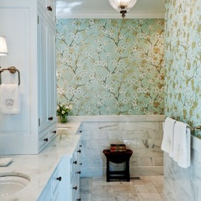 Обои с растительным принтом в ванной комнате