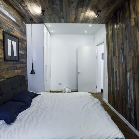 Деревянная отделка небольшой спальни