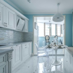 Глянцевый пол на кухне с лоджией