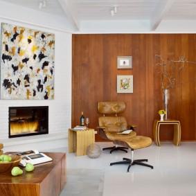 Белый пол в комнате с деревянной отделкой стен