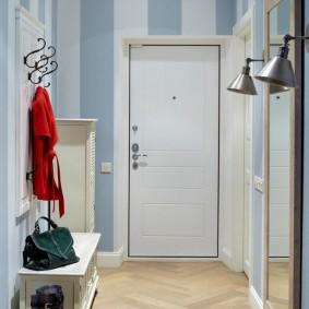 Белая дверь в прихожей комнате