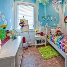 Голубые обои в комнате мальчика