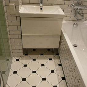 Светлая плитка на полу в ванной комнате