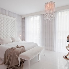 Белые шторы в спальне супругов