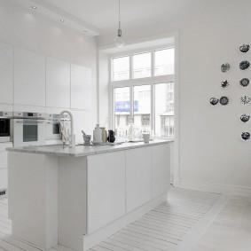 Кухня-гостиная с белыми стенами