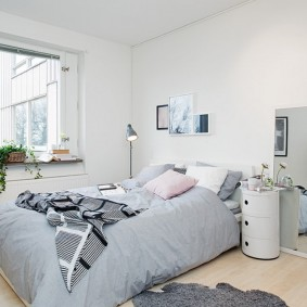 Интерьер спальной комнаты в светлых тонах