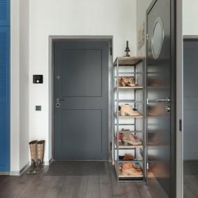 Серая дверь в коридоре квартиры