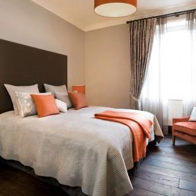 Оранжевые акценты в интерьере спальни