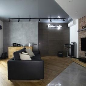 Серый натяжной потолок в интерьере гостиной