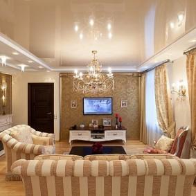 Бежевое полотно натяжного потолка в гостиной комнате