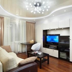 Светлая гостиная с натяжным потолком
