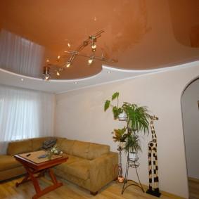 Коричневый натяжной потолок в зале современной квартиры
