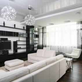 Белая мебель в гостиной с натяжным потолком