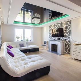 Черный потолок в гостиной комнате с камином