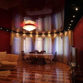 Темный натяжной потолок в зале с эркером