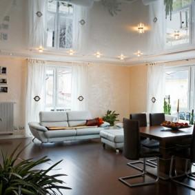 Оформление потолка в квартире студийного типа