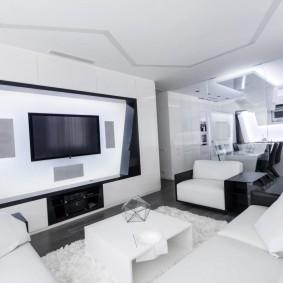 Белый потолок в гостиной комнате стиля хай-тек