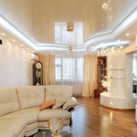 Глянцевый потолок в интерьере квартиры