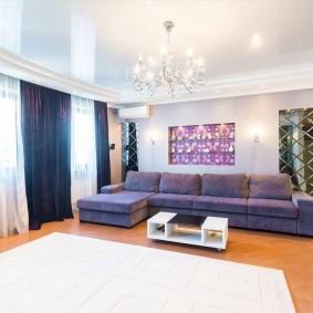 Удобный диван в гостевой комнате
