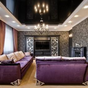 Темная мебель в гостиной с черным потолком