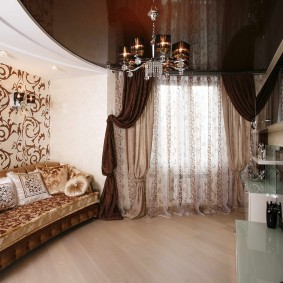 Красивая гостиная с потолком темного оттенка