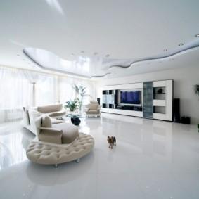 Белая отделка стен и потолка в квартире студии