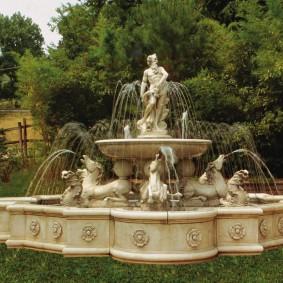 Скульптурный фонтан в ландшафтном дизайне