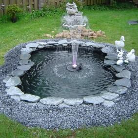 Небольшой пруд с погружным фонтаном