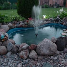 Искусственный пруд из природного камня