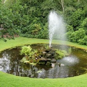 Круглый водоем с фонтаном посередине