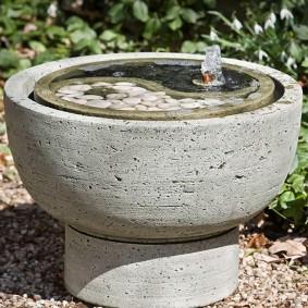 Компактный фонтан из серого бетона
