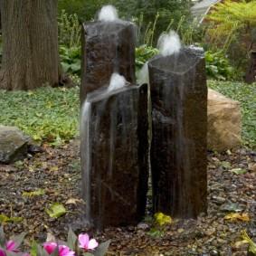 Стильный фонтан из каменных глыб
