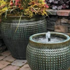 Декоративный фонтан из каменного вазона