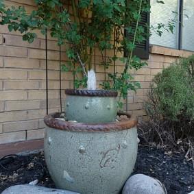 Небольшой фонтанчик около кирпичной стены