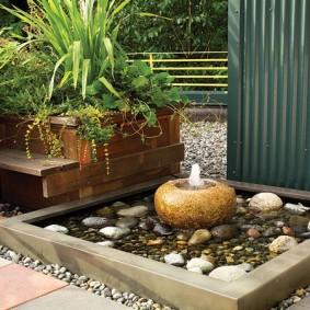 Декоративный прудик с низким фонтаном