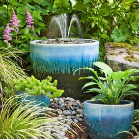 Маленький фонтан среди многолетних растений