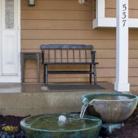 Простая скамейка у стены загородного дома