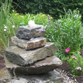 Садовый фонтан из плоского камня