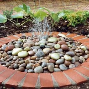 Кирпичная чаша садового фонтана