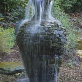 Садовый фонтанчик из глиняной вазы