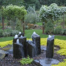 Каменные фонтаны на дачном участке