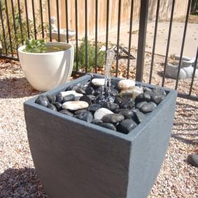Садовый вазон с фонтаном внутри