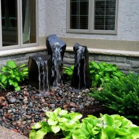Каменные глыбы с декоративными фонтанчиками