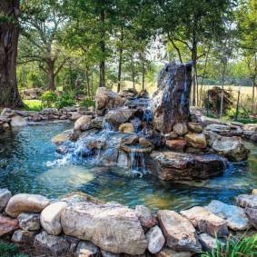 Искусственный пруд на загородном участке