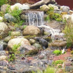 Каскадный водопад в ландшафте сада