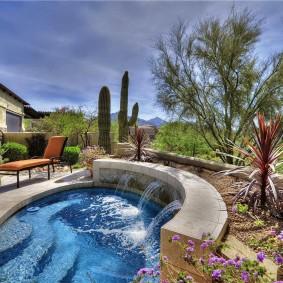 Открытый бассейн с декоративным фонтаном