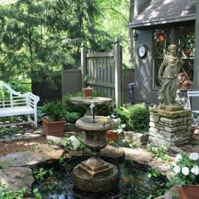 Уютный дворик с фонтаном и прудом