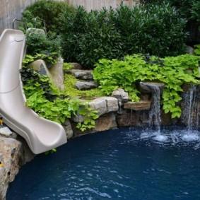 Водная горка на участке с бассейном